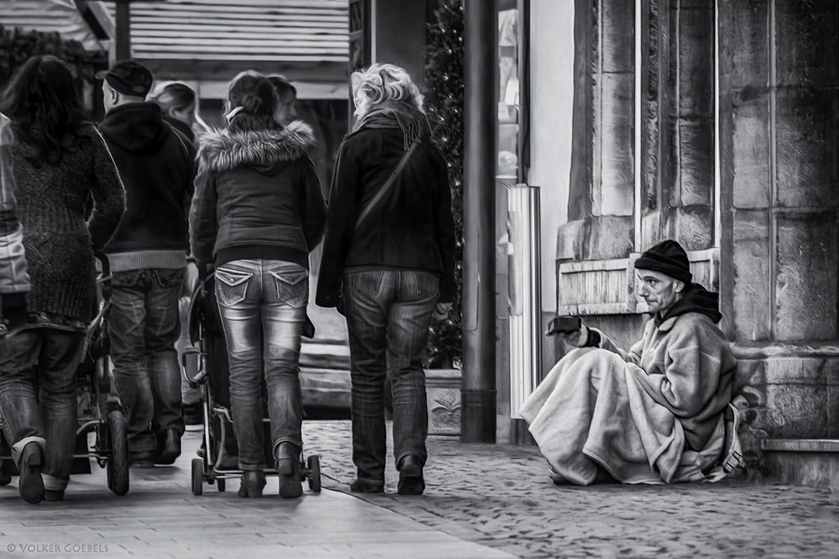 Bedürftiger am Eingang zum Aachener Weihnachtsmarkt